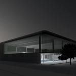 Imagen nocturna de la piscina hacia el jardín